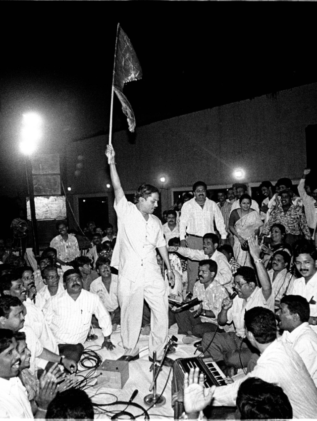 Shiv Sena party workers shout slogans as they rush on the stage during a live concert by Pakistani singer Ghulam Ali in Bombay, late April 26, 1998. They repeated their protest against him last week. (Photo: Reuters)