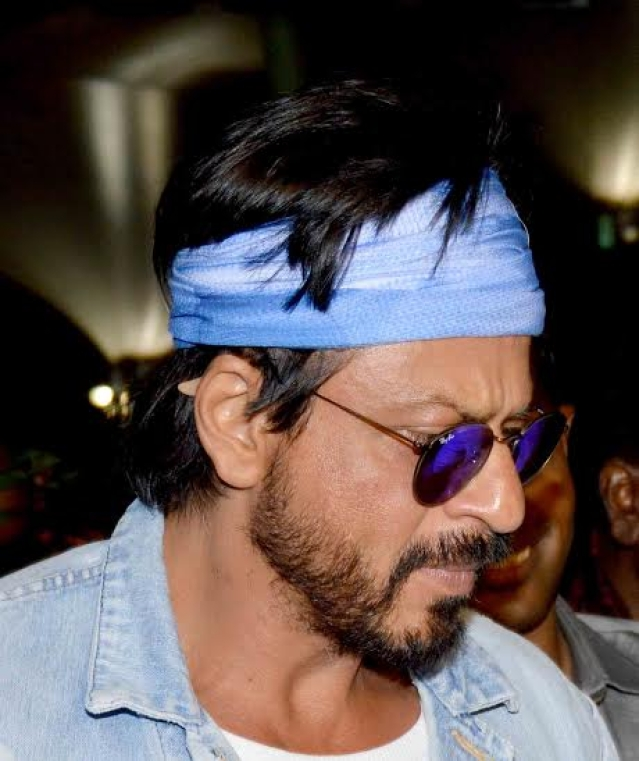 Shah Rukh Khan at Mumbai airport (Photo: Yogen Shah)