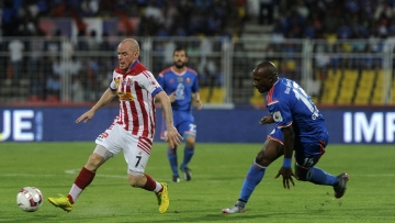 Atletico de Kolkata's Iain Hume tries to gain possession as FC Goa's Gregory Arnolin charges upon him. (Photo: Indian Super League)