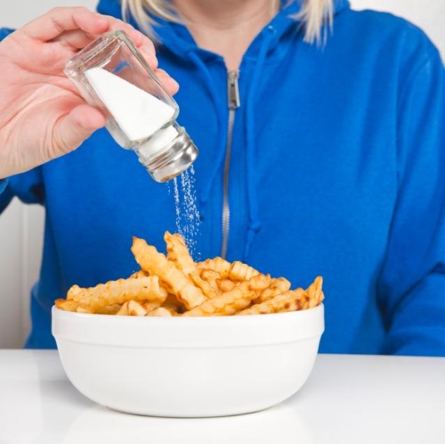 When you eat more salt, your body retains water to stabilize the concentration of sodium in your body. That's why salty foods make us feel thirsty (Photo: iStock)