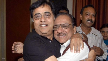 "Brothers from across the border: Pakistani Ghazal singer Ghulam Ali with the late Jagjit Singh (Photo: Twitter/<a href=""https://twitter.com/indiatvnews/status/651931851603349504"">@indiatvnews</a>)"