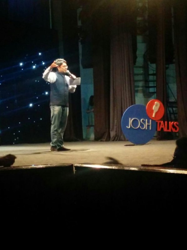 Stand-up comedian and the host of the day Abhijit Ganguly. (Photo: The Quint)