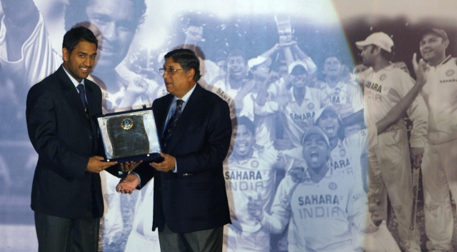 Mahendra Dhoni (L) receives a trophy from N. Srinivasan, then the Secretary of the Board of Control for Cricket in India (BCCI), during their annual award function in Mumbai in Februar 2009. (Photo: Reuters)