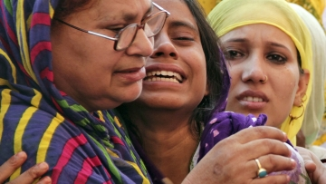 Relatives of Mohammad Akhlaq mourn his passing after he was killed by a mob on in Dadri, UP. (Photo: Reuters)