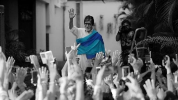 Big B mania outside the Bachchan house (Photo courtesy: Twitter/@SrBachchan)