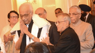 "Noted Bengali poet Nirendranath Chakraborty with President Pranab Mukherjee at a function. (Photo: <a href=""http://pib.nic.in/newsite/photo.aspx?photoid=51989"">pib.nic.in</a>)"