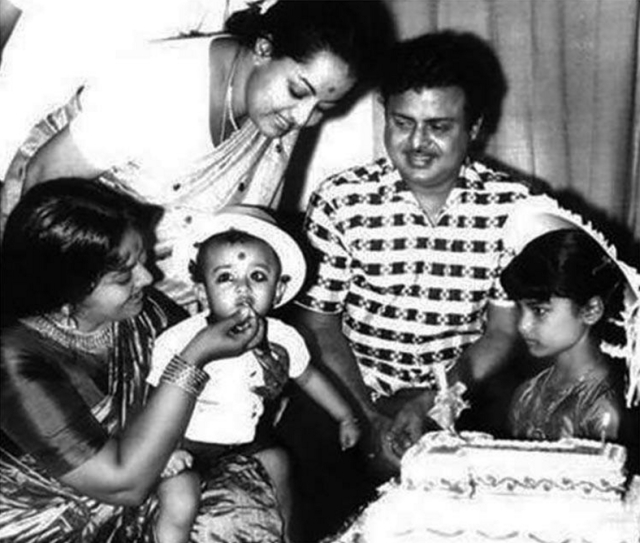 "Gamini Ganesan celebrates with his family (Photo: Twitter/<a href=""https://twitter.com/behindwoods"">@behindwoods</a>)"