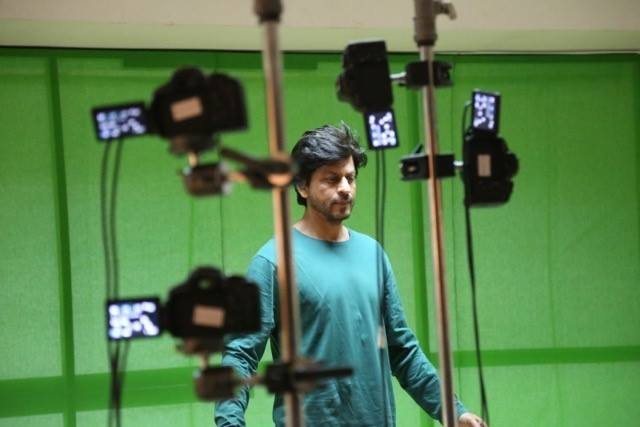 """SRK at YRF Studios during a costume scanning for the visual effects in <i>Fan </i>(Photo: <a href=""""https://www.facebook.com/FanTheFilm/photos/pb.1491877341036654.-2207520000.1446793998./1869914356566282/?type=3&theater"""">F</a><a href=""""https://www.facebook.com/FanTheFilm/photos/pb.1491877341036654.-2207520000.1446793998./1869914356566282/?type=3&theater"""">acebook/FanTheFilm</a>)"""