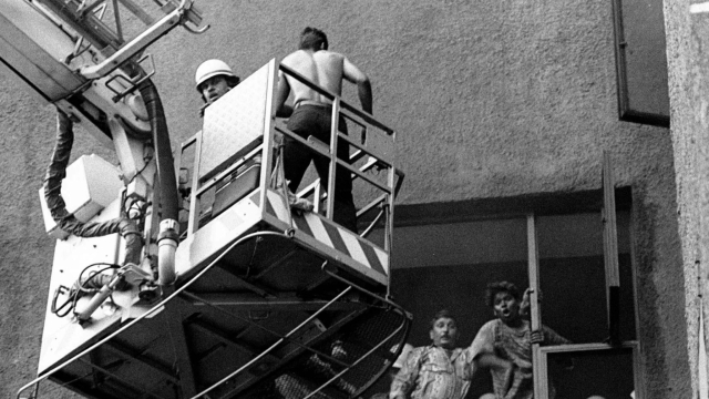 The desperate rescue operation at Uphaar Cinema, 1997, New Delhi. (Photo: Reuters)