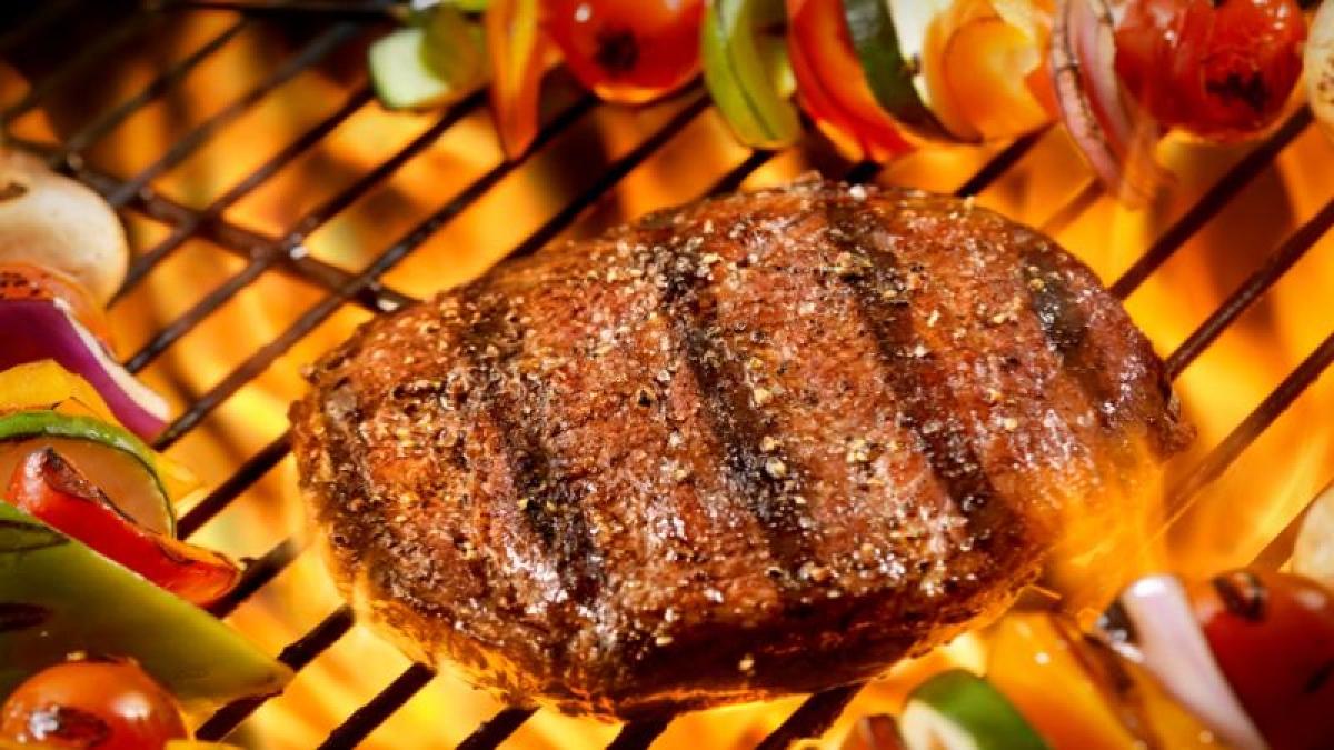 मांस प्रोटीन का एक अच्छा स्रोत है।