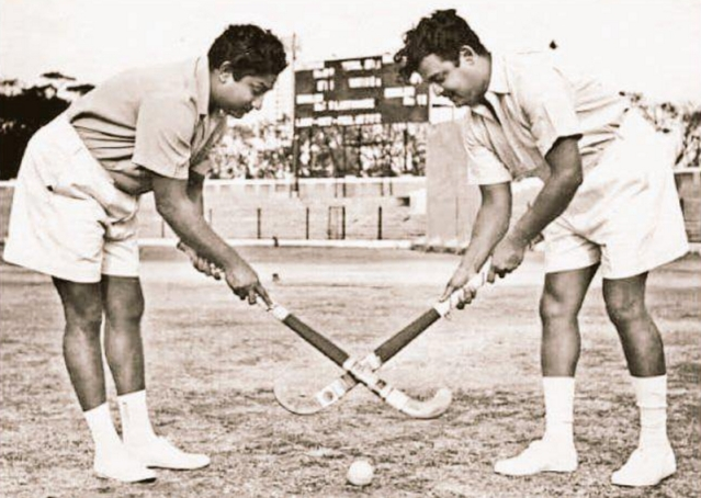 "Tamil stars Gemini Ganesan and Shivaji Ganesan playing hockey together (Photo: Twitter/<a href=""https://twitter.com/DarthVadai"">@DarthVadai</a>)"