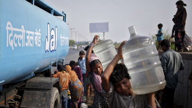 Slum dwellers carry drinking water containers which they filled from a water tanker provided by the state-run Delhi Jal (water) Board on a hot summer day in New Delhi, May 11, 2015. (Photo: Reuters)