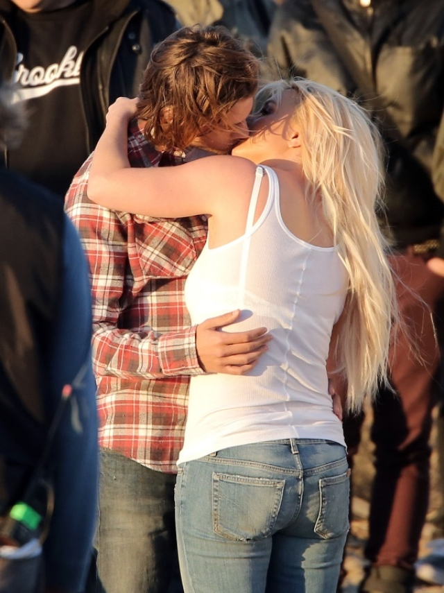 "Britney kisses her co-star on sets of her music video (Photo: <a href=""http://www.laineygossip.com/Britney-Spears-kisses-model-on-the-set-of-music-video/28682"">www.laineygossip.com</a>)"
