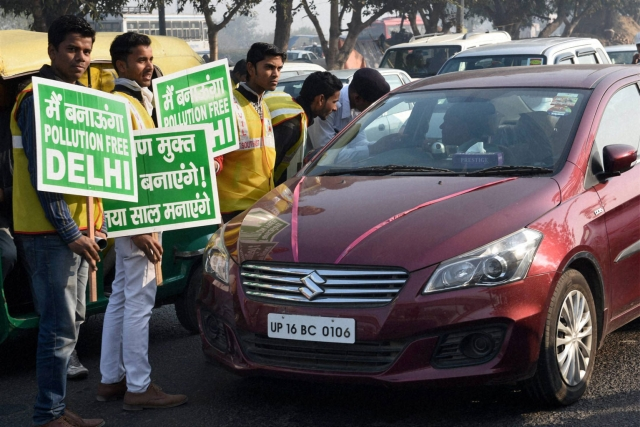 Volunteers with traffic police explaining the rules to an even number car owner. (Photo: PTI)