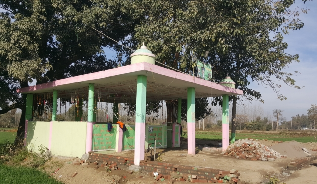 The non-descript shrine of a peer at Taloor village where Gurdaspur SP Salwinder Singh, his jeweller friend Rajesh Verma and cook Madan Gopal visited. (Photo: Chandan Nandy/<b>The Quint</b>)