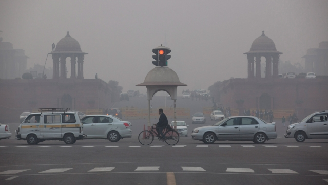 Vehicles move past the Presidential Palace as smog engulfs the evening in New Delhi,  January 13, 2016. (Photo: AP)