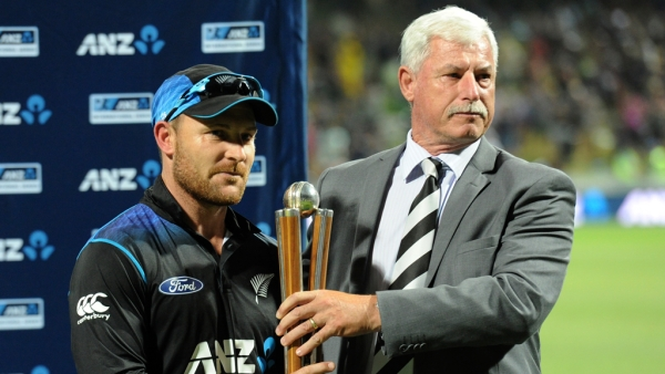 Sir Richard Hadlee, right, presents the Hadlee Chappell trophy to New Zealand's captain Brendon McCullum.