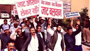 These protesters claim '<i>Jat Balwan</i>', but are adamant on  Other Backward Classes (OBC) category status to secure Central government jobs. (Photo: PTI)
