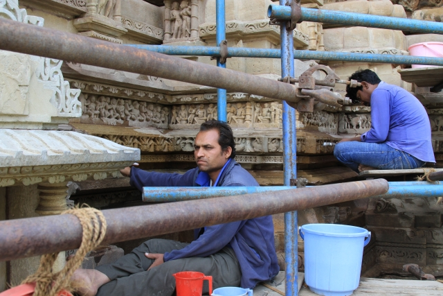 Workers maintaining the temple. (Photo: Vivian Fernandes)