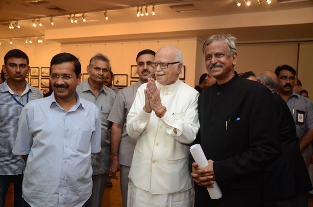 Arvind Kejriwal, LK Advani with Sudhir Tailang at the launch of his retrospective show in 2014 (Photo Courtesy: Gallery Art Alive)