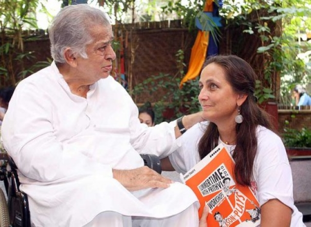 Shashi Kapoor accompanies Sanjna Kapoor for a theatre workshop at Prithvi Theatre (Photo: Twitter)