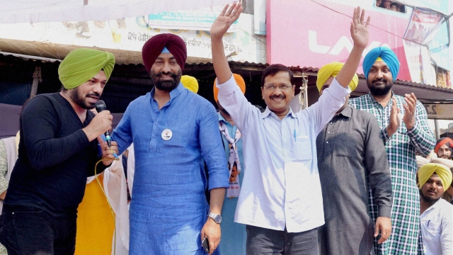 Delhi Chief Minister Arvind Kejriwal with Comedian Gurpreet Ghuggi at a rally in Dhilwan Kapurthala, 28 February 2016. (Photo: PTI)