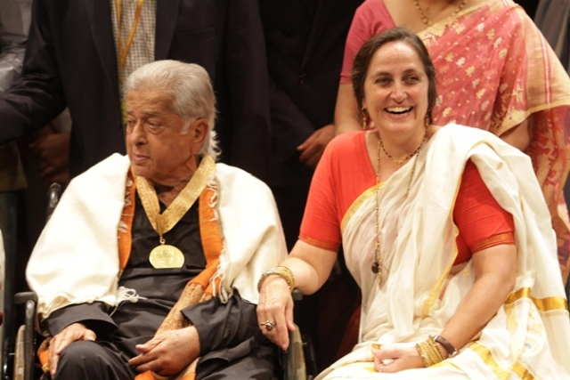 Sanjna Kapoor with father Shashi Kapoor at his Dadasaheb Phalke award felicitation (Photo: Yogen Shah)