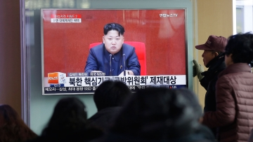 People watch a TV news program showing North Korean leader Kim Jong Un, at Seoul Railway Station (Photo: AP)