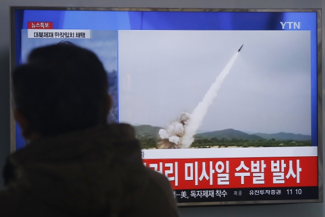 A man watches a TV news program showing a file footage of the missile launch conducted by North Korea, at Seoul Railway Station (Photo: AP)