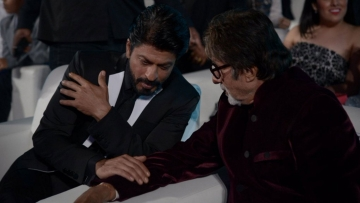 SRK and Amitabh Bachchan at a recent award function (Photo: Twitter)
