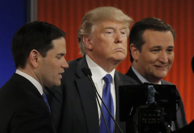 Republican U.S. presidential candidate Donald Trump (C) talks with rival candidates Marco Rubio (L) and Ted Cruz (R) at the conclusion of the U.S. Republican presidential candidates debate in Detroit, Michigan (Photo: Reuters)