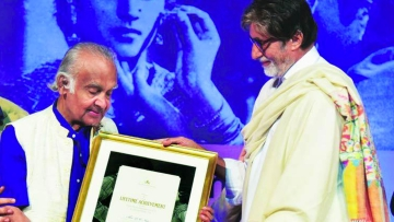 "PK Nair being felicitated by Amitabh Bachchan with a Lifetime Achievement Award (Photo: <a href=""https://twitter.com/search?f=images&vertical=news&q=p.%20k.%20nair%20&src=typd"">Twitter/AmitNadkar</a>)"