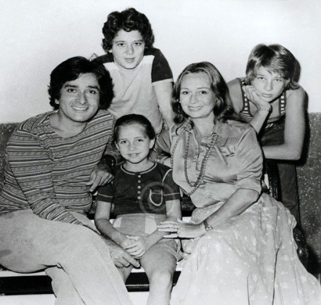 "Family Portrait: Shashi Kapoor with his wife Jennifer and kids Sanjna, Kabir and Karan (Photo: Twitter/<a href=""https://twitter.com/kashyray"">@kashyray</a>)"
