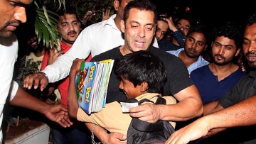 "Salman Khan has always been a favourite with the kids. (Photo: <a href=""https://twitter.com/SalluLicious/status/705303389010317312"">Twitter</a>)"