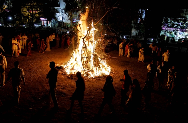 "Holika burning (Photo: <a href=""http://www.totalbhakti.com/hindu-blog/Holika_Dahan/856.html"">Totalbhakti.com</a>)"
