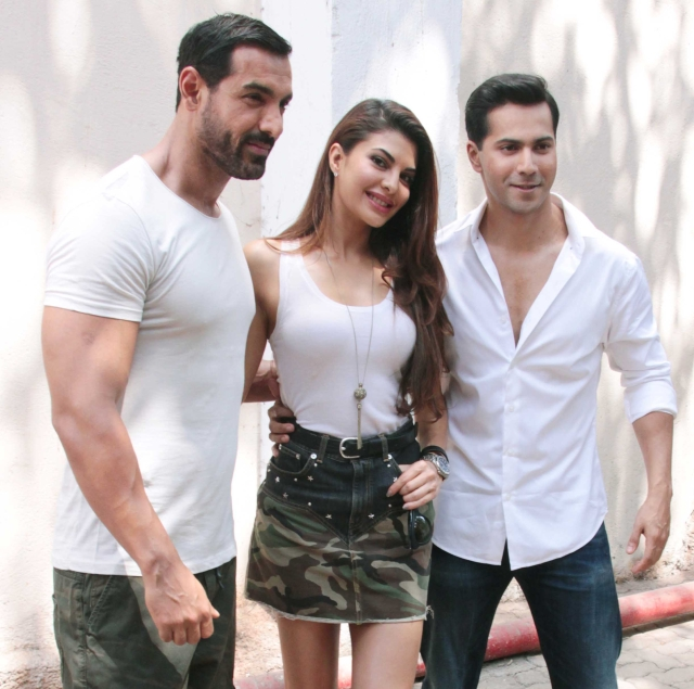 The <i>Dishoom</i> trio: John Abraham, Jacqueline Fernandes and Varun Dhawan pose for the shutterbugs (Photo: Yogen Shah)