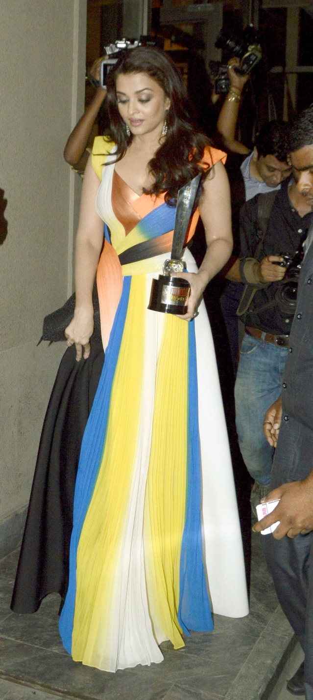 Aishwarya walks out with her 'Hall of Fame' trophy (Photo: Yogen Shah)