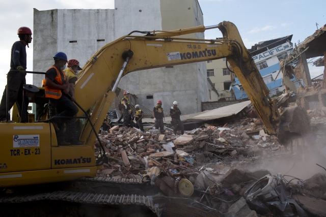 Bulldozers remove the debris of a collapsed building felled by a 7.8-magnitude earthquake, in Manta, Ecuador. (Photo: AP)