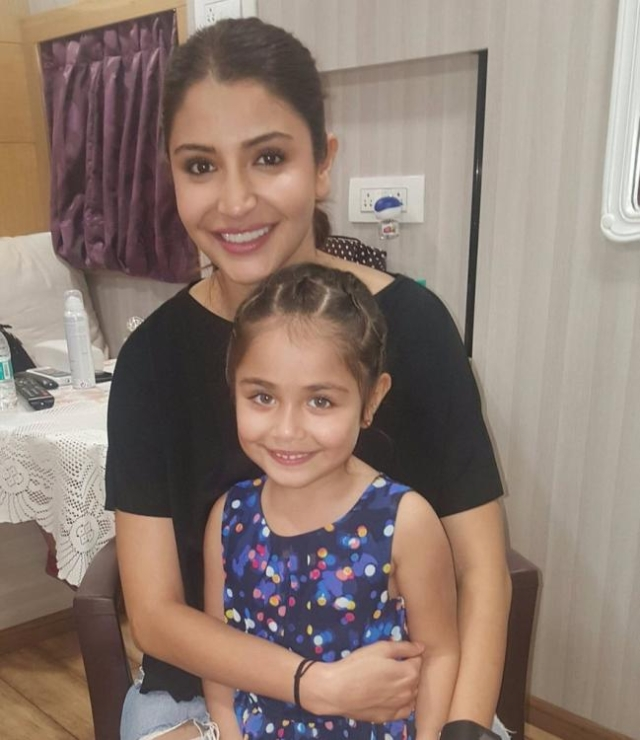 "Anushka Sharma poses with little Suzanne Khan (Photo: <a href=""https://www.facebook.com/SuziKhanOfficial"">Facebook/@Suzi Khan</a>)"