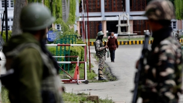 Indian paramilitary soldiers stand guard near the main gate of the NIT, Srinagar in Indian controlled Kashmir, Thursday, 7 April 2016. (Photo: AP)