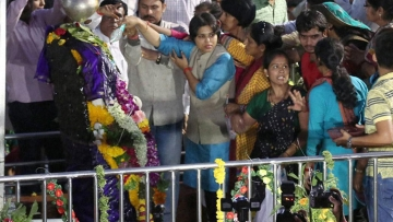 Activist Trupti Desai (in blue, center) offering prayer at the Shani Shingnapur temple after the gates were opened for women, in Ahmednagar on Friday, 8 April 2016. (Photo: PTI)