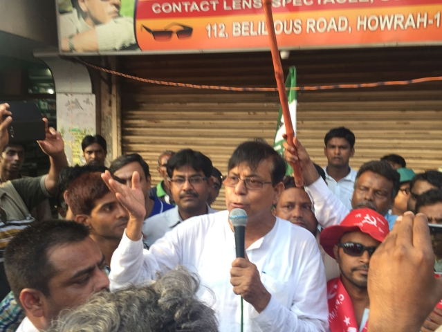 CPI(M) leader and MP at a roadshow in Howrah, West Bengal. (Photo: The Quint)