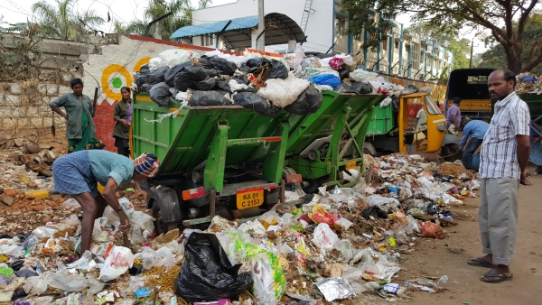 The garbage crisis in Bengaluru has turned into a 'burning' issue. (Photo: <b>The Quint</b>)
