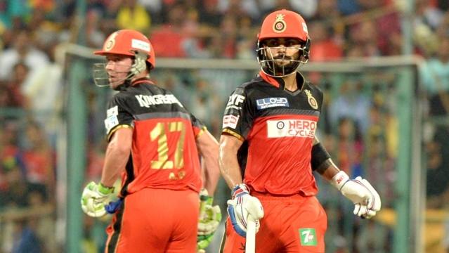 AB de Villiers and Virat Kohli of Royal Challengers Bangalore in action during an IPL match between Sunrisers Hyderabad and Royal Challengers Bangalore (Photo: IANS)