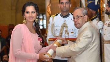 Sania Mirza receiving her award from President Pranab Mukherjee (Photo: IANS)