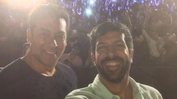 Kabir Khan and Salman Khan pose for a selfie (Photo: Twiter/@KabirKhan)