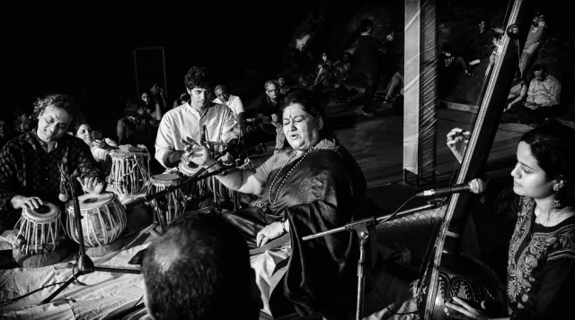 "Shubha Mudgal at a performance in Delhi (Photo: Twitter/<a href=""https://twitter.com/ravirajamadan"">@ravirajamadan</a>)"