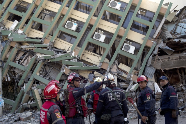 Rescue workers from Venezuela organize themselves before they search for earthquake survivors in Portoviejo, Ecuador. (Photo: AP)