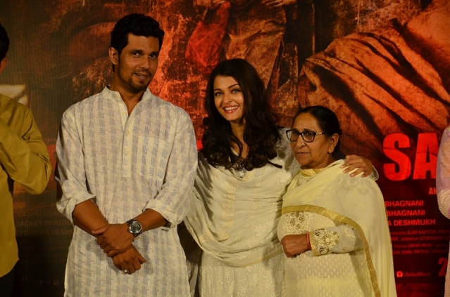 Randeep Hooda and Aishwarya Rai with Dalbir Kaur at a promotional event for <i>Sarbjit </i>(Photo: Yogen Shah)