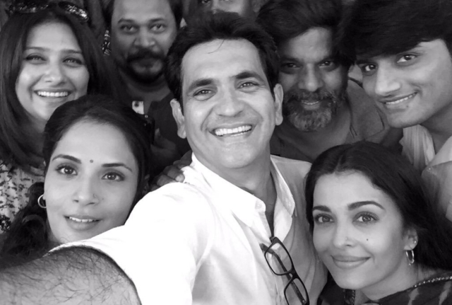 "Director Omung Kumar with Richa Chadha, Aishwarya Rai and the crew of <i>Sarbjit </i>(Photo: Twitter/<a href=""https://twitter.com/OmungKumar"">@OmungKumar</a>)"